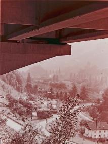 Blick von unterhalb der Brennerautobahn auf den Campingplatz Gamb bei Klausen/Chiusa