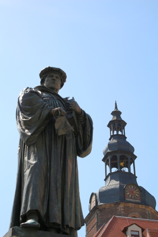 Luther vor dem Turm der Andreaskirche
