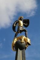 Goldener Bub auf Denkmal