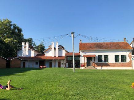 Auf dem Gelände von Kapnikos Stathmos