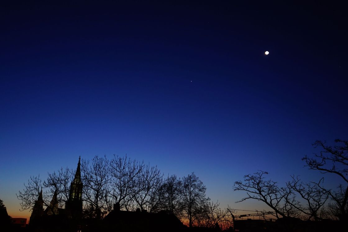 Stern in der Nacht über der Stadt